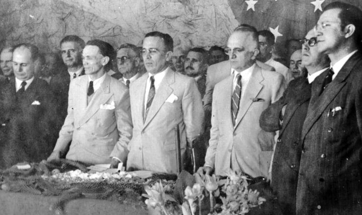 <strong> Etelvino Lins </strong> (ao centro, de m&atilde;os para tr&aacute;s) e&nbsp;Barbosa Lima Sobrinho (&agrave; esquerda dele)&nbsp;durante&nbsp;convenção do PSD em Pernambuco
