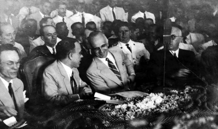 <strong> Barbosa Lima Sobrinho&nbsp;se inclina </strong> para conversar com Etelvino Lins, durante a convenção do PSD em Pernambuco