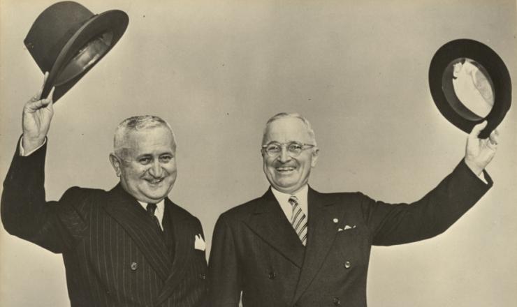 <strong> Eurico Gaspar Dutra, presidente do Brasil, visita&nbsp;</strong> na Casa Branca o presidente norte-americano Harry Truman para discutir a pol&iacute;tica externa brasileira