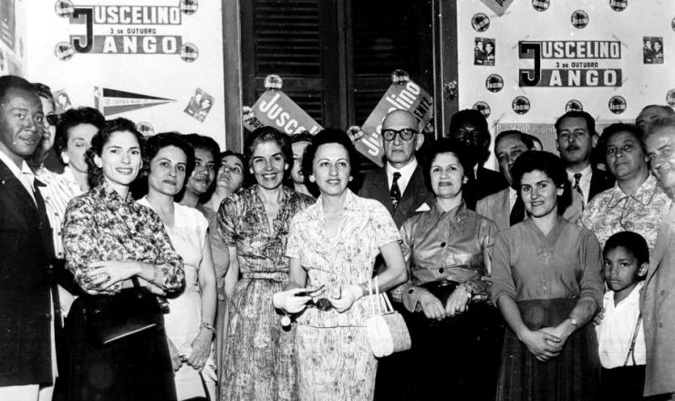 <strong> Sarah Kubitschek (ao centro), esposa de JK, e Maria Lu&iacute;sa do Amaral Peixoto (&agrave; sua esquerda), </strong> entre outros, no comit&ecirc; feminino da G&aacute;vea (Rio de Janeiro) durante a campanha presidencial de 1955
