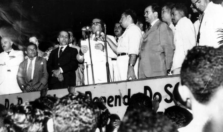 <strong> O candidato udenista ao governo de PE Cid Sampaio discursa </strong> à esquerda do líder comunista Luís Carlos Prestes