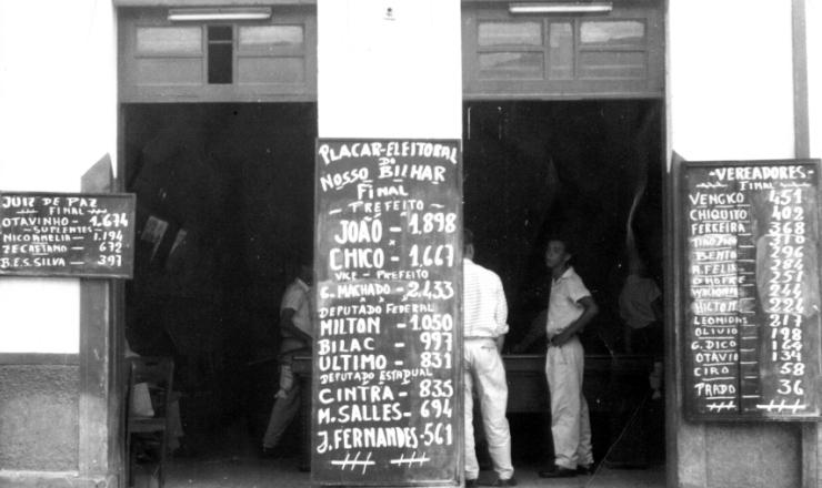 <strong> Placar com o resultado das elei&ccedil;&otilde;es </strong> para prefeito, deputados e vereadores do pleito de 1958, na fachada de um bar em Parais&oacute;polis, Minas Gerais