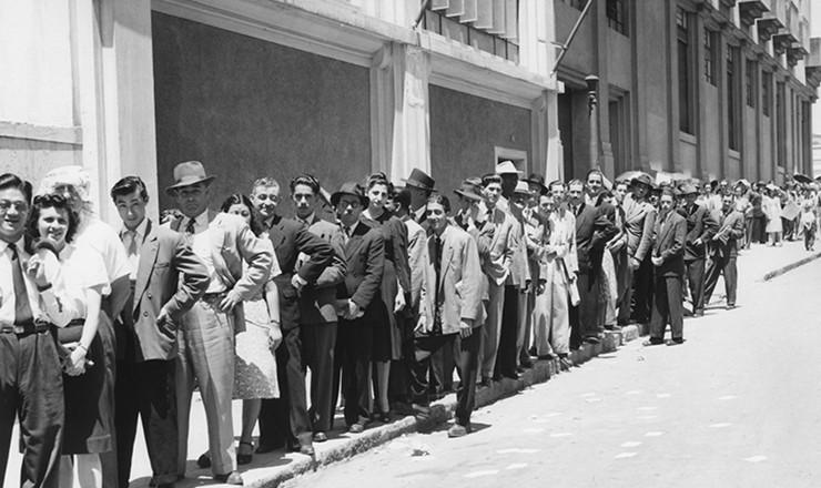 <strong> Eleitores fazem</strong> fila para votar, em S&atilde;o Paulo, nas elei&ccedil;&otilde;es de 1945