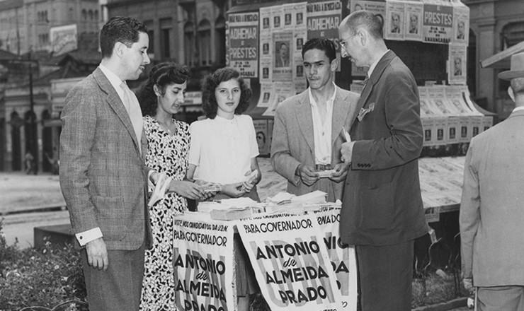 <strong> Em banquinha no centro de S&atilde;o Paulo, cabos eleitorais distribuem </strong> panfletos da campanha do candidato a governador de S&atilde;o Paulo Ant&ocirc;nio de Almeida Prado (UDN), durante as elei&ccedil;&otilde;es de 1947