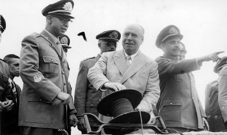 <strong> De terno, o almirante Álvaro Alberto,</strong> <strong> ex-presidente do CNPq, aciona </strong> o detonador de um novo lança-foguetes