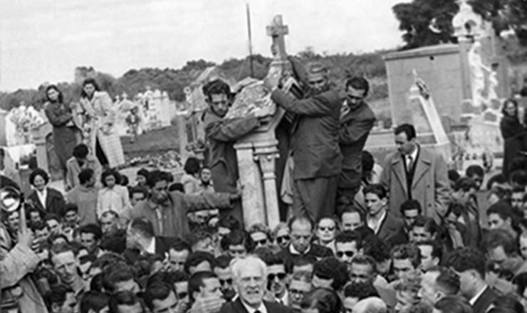 <strong> Comovido, o então ministro Osvaldo Aranha discursa </strong> no enterro de Getúlio em São Borja (RS), cercado por familiares do presidente e políticos, como João Goulart e Tancredo Neves (cachecol listrado)