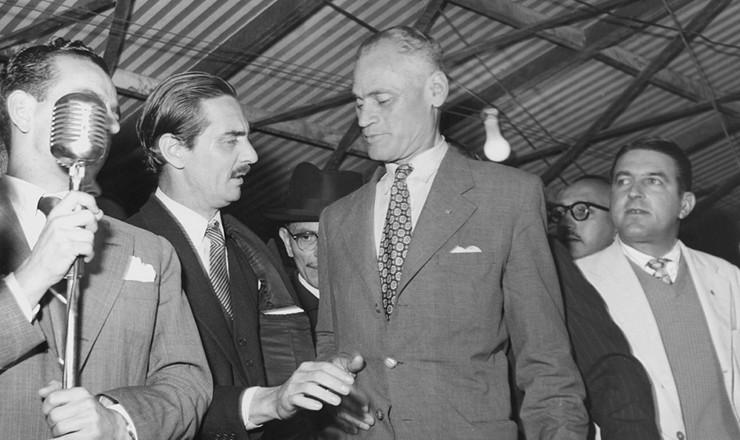 <strong> Juarez T&aacute;vora conversa </strong> com o governador de S&atilde;o Paulo, J&acirc;nio Quadros (de bigode), durante evento em Campinas