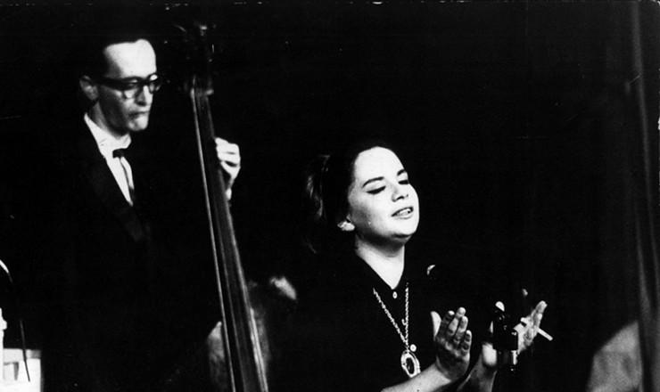 <strong> Sylvinha Telles</strong> <strong> se apresenta</strong> em S&atilde;o Paulo, mar&ccedil;o de 1963. Sylvinha foi a primeira cantora profissional a integrar o movimento da bossa nova