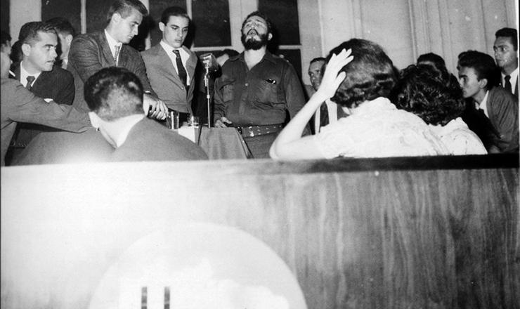 <strong> Fidel Castro faz discurso</strong> na sede da UNE
