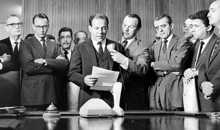 <strong> O</strong> <strong> presidente Jo&atilde;o Goulart anuncia,</strong> em discurso no pal&aacute;cio do Planalto, a lei respons&aacute;vel pela cria&ccedil;&atilde;o da UnB, entre outras, em 6 de dezembro de 1961