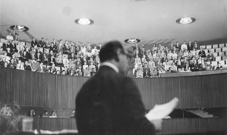 <strong> Em Bras&iacute;lia, Tancredo Neves profere&nbsp;</strong> seu &uacute;ltimo discurso como primeiro-ministro, no plen&aacute;rio da C&acirc;mara dos Deputados, em 26 de junho de 1962, poucas horas antes de o gabinete ser desfeito