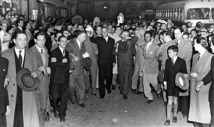 <strong> Durante sua segunda campanha &agrave; Presid&ecirc;ncia da Rep&uacute;blica,</strong> em 1950, o brigadeiro Eduardo Gomes &eacute; recepcionado, em frente &agrave; sede paulistana da UDN, por estudantes da Faculdade de Direito do Largo S&atilde;o Francisco