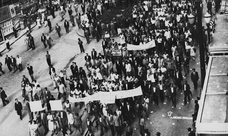 <strong> Trabalhadores promovem manifesta&ccedil;&atilde;o </strong> na avenida S&atilde;o Jo&atilde;o (S&atilde;o Paulo) durante aquela que ficaria conhecida como Greve dos 300 mil, em 1953