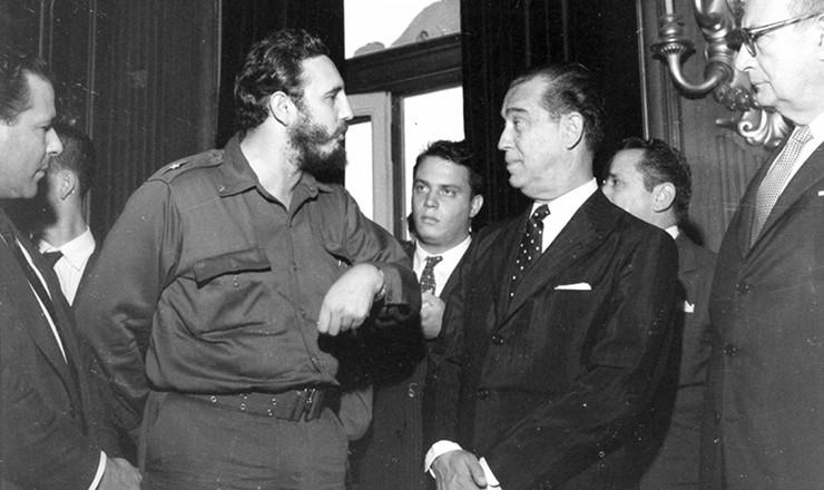 <strong> Entre Jango (esquerda) e Filinto M&uuml;ller (direita)</strong> , o presidente JK conversa com Fidel Castro no Rio de Janeiro