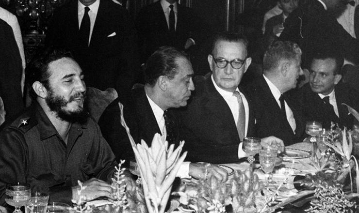 <strong> O primeiro-ministro cubano Fidel Castro</strong> participa de almoço em sua homenagem oferecido por JK no palácio das Laranjeiras. Ao lado do presidente Juscelino, o senador Filinto Müller