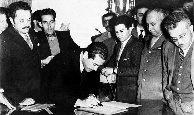 <strong> Leonel Brizola, governador do RS,</strong> assina a encampação da Cia Telefônica Nacional, subsidiária da ITT, 1962