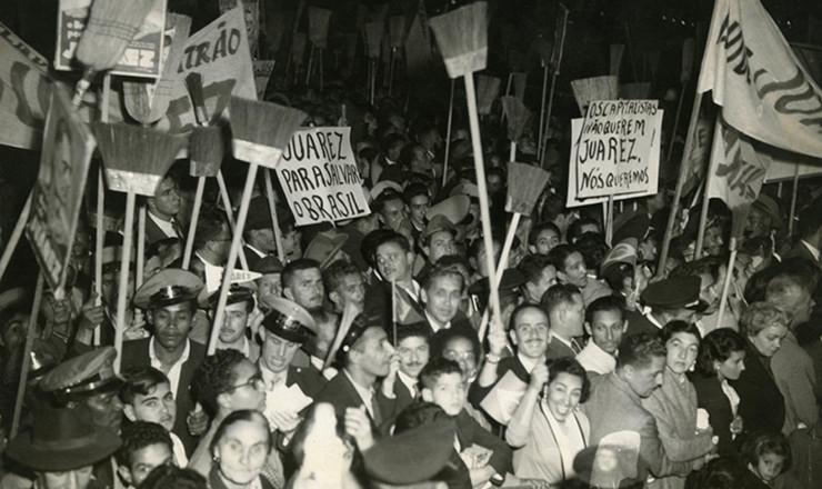 <strong> Com&iacute;cio de Juarez T&aacute;vora </strong> na pra&ccedil;a Franklin Roosevelt, centro de S&atilde;o Paulo: usadas na campanha de J&acirc;nio Quadros ao governo de S&atilde;o Paulo em 1954, as vassouras reaparecem