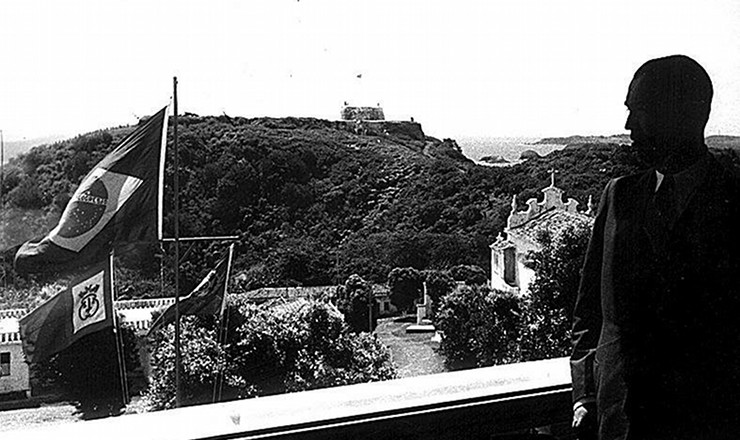 <strong> Da varanda do palácio São Miguel, o presidente Juscelino Kubitschek vê </strong> a ilha principal de Fernando de Noronha, onde esteve, em 25 de junho de 1957, para encontro com oficiais dos EUA no qualse discutiu a instalação de uma base de observação de mísseis no local