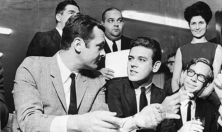 <strong> Stan Getz encontra-se com Carlos Lyra em S&atilde;o Paulo</strong> . O saxofonista norte-americano, que gravara um &aacute;lbum com Jo&atilde;o Gilberto, veio ao Brasil em setembro de 1965, quando declarou: a bossa nova era conhecida at&eacute; no Oriente