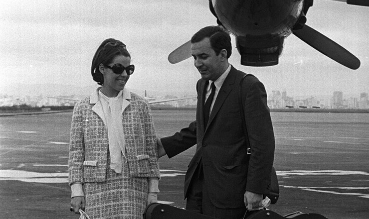 <strong> João Gilberto e sua mulher, Astrud, </strong> <strong> desembarcam</strong> em São Paulo, vindos dos EUA, em dezembro de 1965