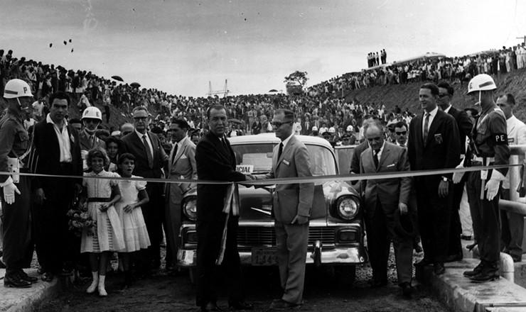 <strong> O presidente Juscelino Kubitschek</strong> <strong> corta a faixa </strong> de inaugura&ccedil;&atilde;o da barragem de Tr&ecirc;s Marias, &agrave;s margens do rio S&atilde;o Francisco, em Minas Gerais