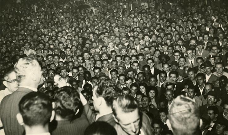 <strong> O candidato &agrave; Presid&ecirc;ncia da Rep&uacute;blica</strong> em 1955 pelo Partido Democrata Crist&atilde;o (PDC), com apoio da UDN, general Juarez T&aacute;vora, discursa em com&iacute;cio na cidade de S&atilde;o Paulo