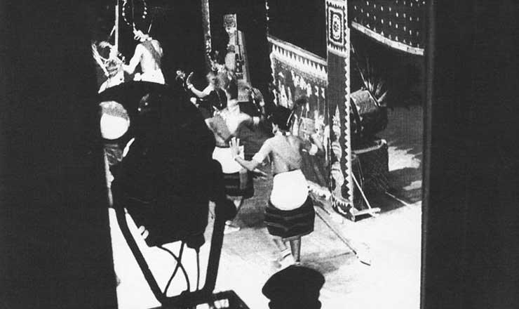 """<strong> Cena de """"A Mais-Valia Vai Acabar, Seu Edgar"""", peça de Vianinha, Chico de Assis e Estevam Martins</strong> encenada no Teatro de Arena da Faculdade Nacional de Arquitetura, no Rio de Janeiro, em 1960, com direção de Chico de Assis"""