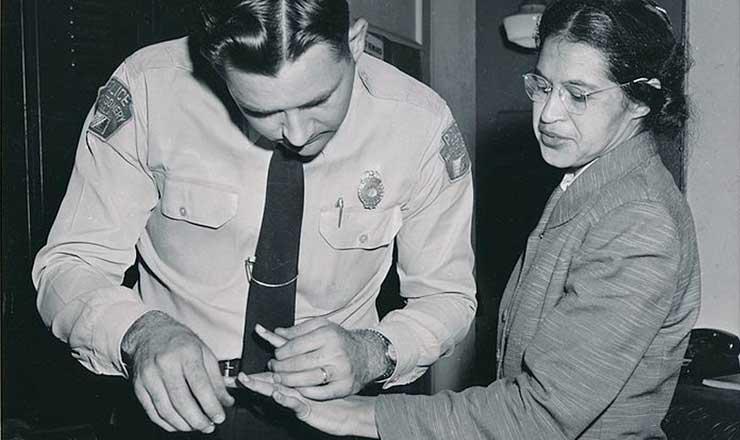 <strong> Policial colhe impress&otilde;es digitais de Rosa Parks,&nbsp;</strong> em fevereiro de 1956. Ela fora presa por se recusar a ceder seu lugar no &ocirc;nibus a um branco em Montgomery (Alabama), dois meses antes  &nbsp;  &nbsp;
