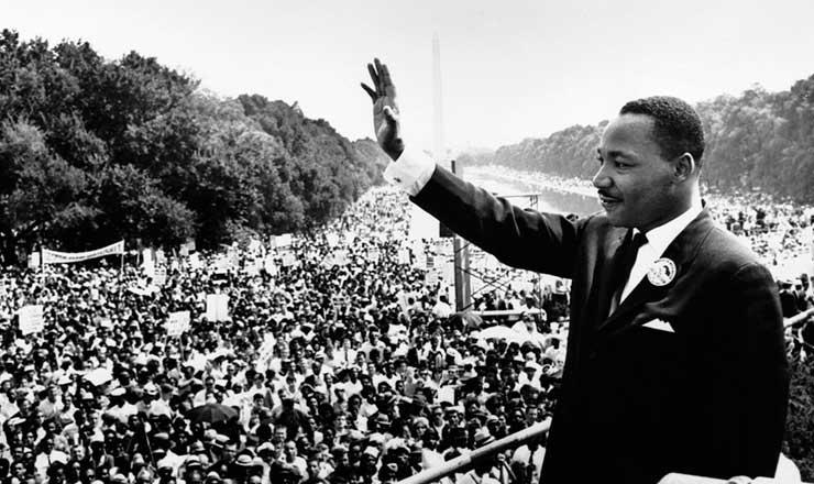 <strong> Martin Luther King Jr. </strong> sa&uacute;da milhares de pessoas no Lincoln Memorial, Washington, DC, onde fez seu famoso discurso &quot;I have a dream&quot;, em 28 de agosto de 1963  &nbsp;
