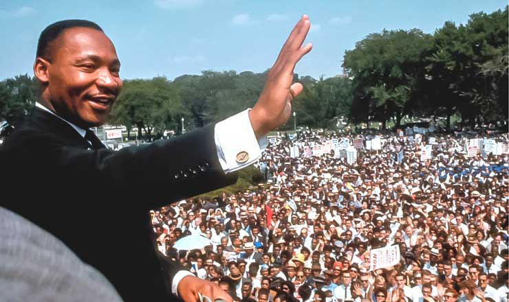 "<strong> Martin Luther King Jr.</strong> se dirige ao público no gigantesco comício ""I have a dream"", diante do monumento ao presidente abolicionista Abraham Lincoln"