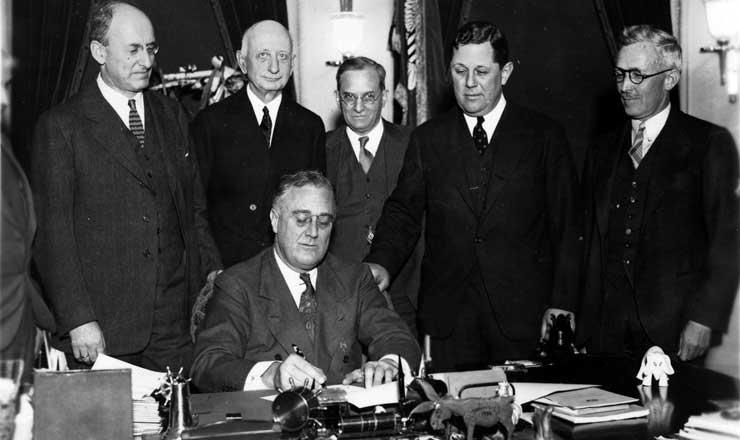 <strong> Roosevelt assina lei que d&aacute;&nbsp;ao Estado maior controle </strong> sobre o com&eacute;rcio e a posse de ouro, como parte da estrat&eacute;gia para aumentar o PIB e combater o desemprego