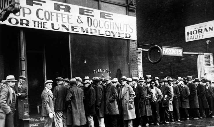 <strong> Desempregados fazem fila </strong> para receber sopa gratuita em Chicago durante a depress&atilde;o nos EUA, em 1931