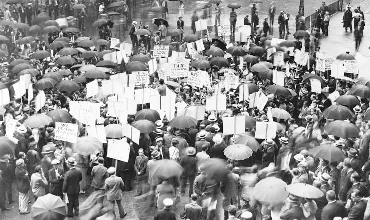 <strong> Multid&atilde;o de correntistas </strong> se re&uacute;ne&nbsp;em frente ao Bank of United States depois de sua fal&ecirc;ncia, em 1931, antes da elei&ccedil;&atilde;o de Roosevelt  &nbsp;