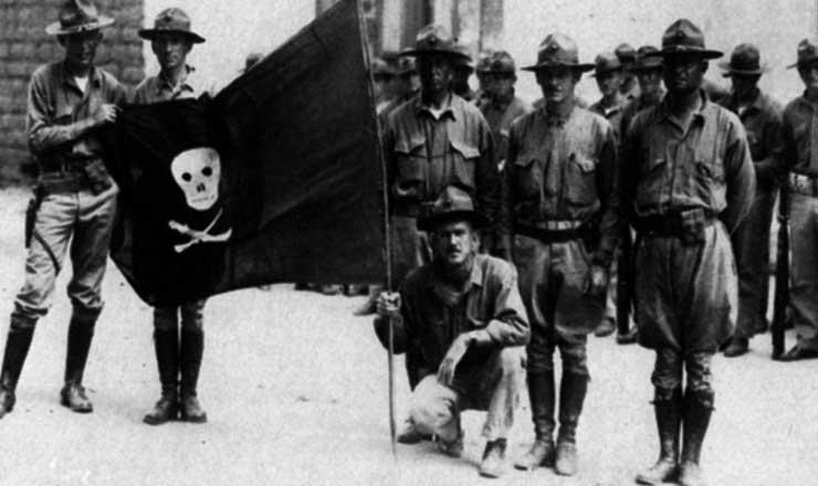 <strong> Tropas americanas </strong> posam com bandeira capturada dos sandinistas, em 1932