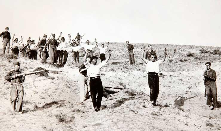 <strong> Milicianos republicanos se rendem </strong> em Somosierra, Madri (Espanha), ap&oacute;s vit&oacute;ria na batalha de Guadamarra, em 1936  &nbsp;