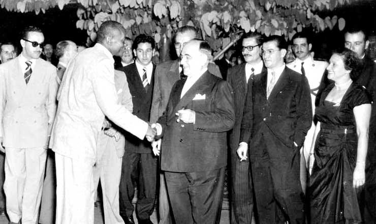 <strong> Manoel dos Reis Machado, o &quot;Mestre Bimba&quot;,&nbsp;cumprimenta </strong> o presidente Get&uacute;lio Vargas ap&oacute;s uma apresenta&ccedil;&atilde;o em 1953