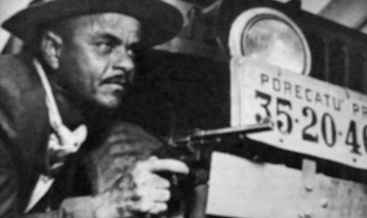 <strong> Colono resiste ao avan&ccedil;o policial, </strong> em foto publicada na revista <strong> &quot;</strong> O Cruzeiro&quot; de&nbsp;dezembro de 1950