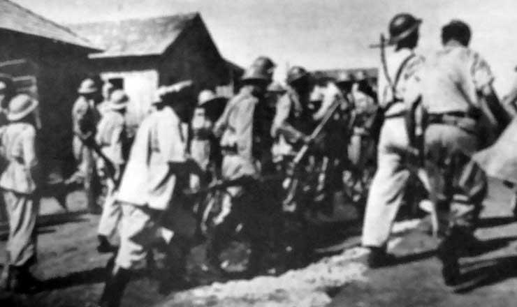 <strong> Tropas da segunda expedi&ccedil;&atilde;o militar </strong> chegam a Jaguapit&atilde;, em imagem publicada na revista &quot;O Cruzeiro&quot; de 9 de dezembro de 1950