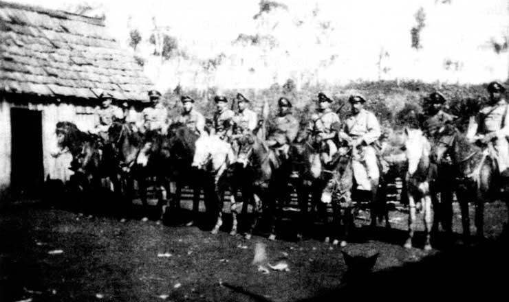 <strong> Tropas a cavalo no norte do Paran&aacute;, </strong> em foto&nbsp;publicada no livro &quot;Porecatu, Sudoeste e Outros Epis&oacute;dios&quot;, de Jo&atilde;o Alves da Rosa Filho
