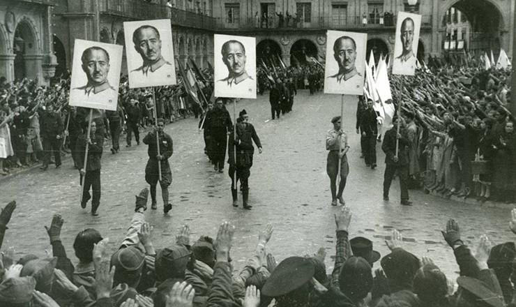 <strong> Manifesta&ccedil;&atilde;o pr&oacute;-Franco</strong> em Salamanca, 1937
