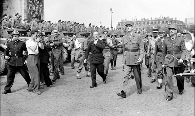<strong> General Charles de Gaulle </strong> (segundo a partir da direita) desfila&nbsp;nas proximidades do Arco do Triunfo, logo ap&oacute;s a liberta&ccedil;&atilde;o de Paris, em agosto de 1944