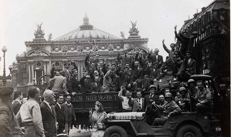 <strong> Populares comemoram</strong> a liberta&ccedil;&atilde;o da cidade em frente &agrave; &Oacute;pera de Paris