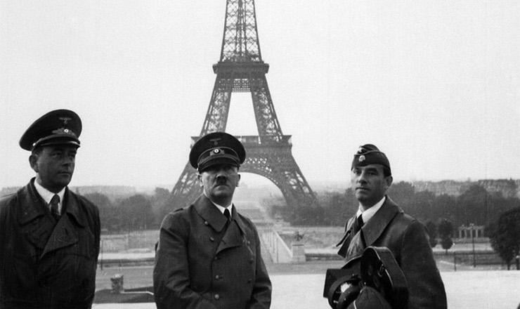<strong> Hitler posa com seus oficiais&nbsp;em frente &agrave; torre Eiffel, </strong> em 23 de junho de 1940