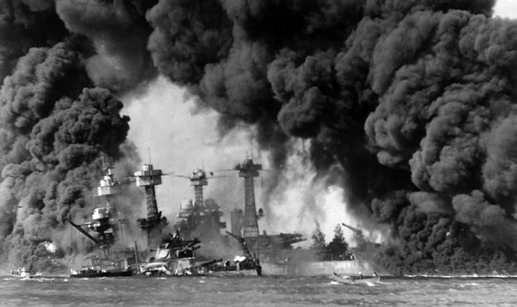 <strong> Navios da marinha </strong> dos EUA atingidos em Pearl Harbor