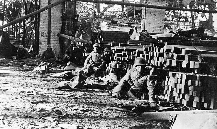 <strong> Soldados alemães</strong> durante a batalha de Stalingrado