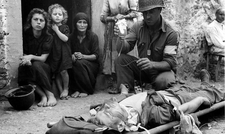 <strong> Soldado dos EUA </strong> ferido na invas&atilde;o aliada da Sic&iacute;lia, setembro de 1943