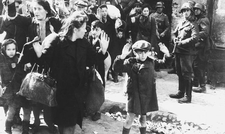 <strong> Judeus do gueto de Varsóvia se rendem </strong> a soldados alemães após o levante