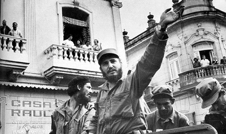 <strong> Fidel Castro desfila </strong> em carro aberto por Havana, junto com outros guerrilheiros, após a vitória da revolução