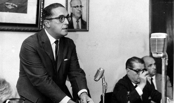 <strong> &nbsp;Carlos Lacerda discursa </strong> em reuni&atilde;o do diret&oacute;rio da UDN, Rio de Janeiro, 1963&nbsp;