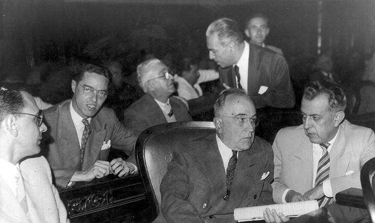 <strong> Na cerim&ocirc;nia de sua posse no Senado, Get&uacute;lio Vargas conversa </strong> com Paulo Baeta Neves, presidente da executiva nacional do PTB  &nbsp;